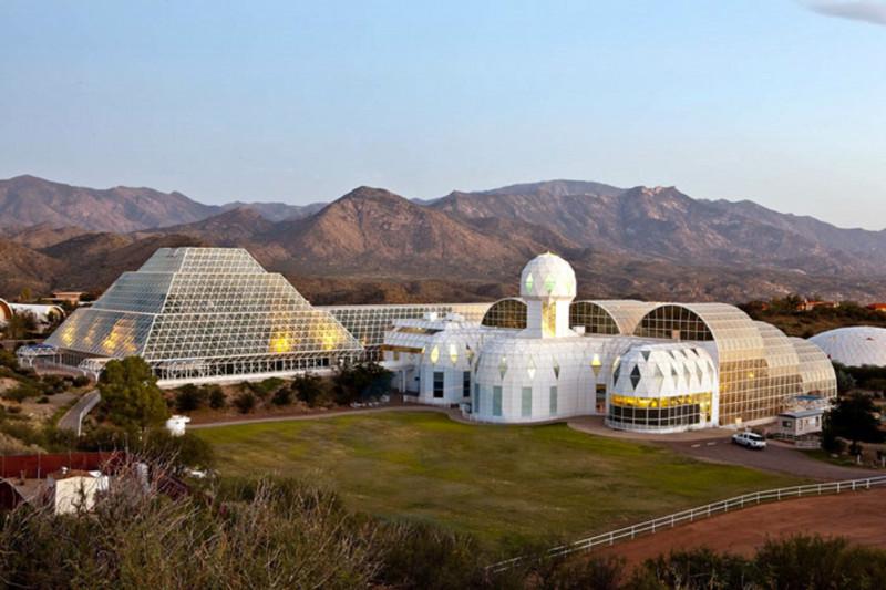 El recinto de BIOS2, situado en Arizona (EE.UU.) en 2011. JOHN DE DIOS / Wikimedia Commons <br /><br />Varios edificios interconectados, de aspecto futurista (redondeados algunos, piramidal otro), con muchos cristales.